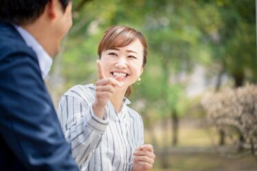談笑するカップル女性