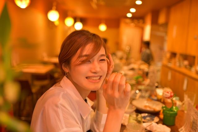 バーで微笑む女性